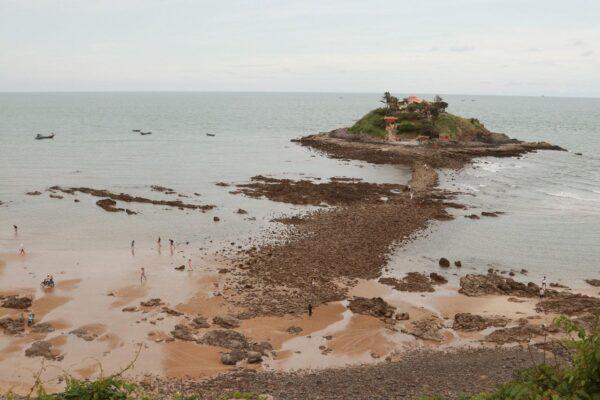 Con đường độc đáo dẫn ra đảo Hòn Bà Vũng Tàu vào ngày nước rút