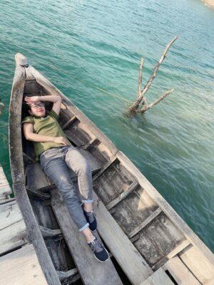 Bạn có thể thuê thuyền trèo quanh Hồ Đá Xanh