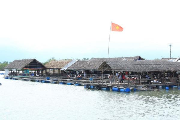 Làng bè chính là điểm nhấn ấn tượng của đảo Long Sơn, thu hút đông đảo du khách tham quan.