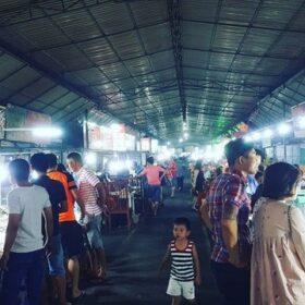 Chợ đêm hải sản là nơi ăn uống nhộn nhịp