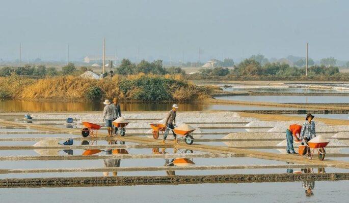Ruộng muối Long Sơn là địa điểm tiếp theo bạn phải ghé khi tới đảo Long Sơn