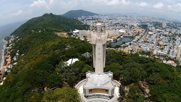 Bức tượng chúa Kito Vua tọa lạc trên đỉnh Núi Nhỏ nằm tại thành phố Vũng Tàu từng là tượng chúa Kito giáo lớn nhất Châu Á vào năm 2012