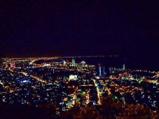 Thành phố Vũng Tàu về đêm đẹp lung linh dưới ánh đèn nhìn từ ngọn Hải Đăng